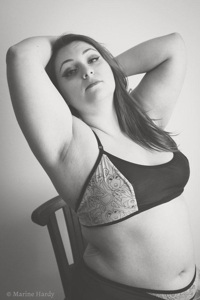 le-salon-de-frivolites-marine-hardy-empreinte-pompadour-assise-blog-lingerie-grande-taille-marie-van-gils