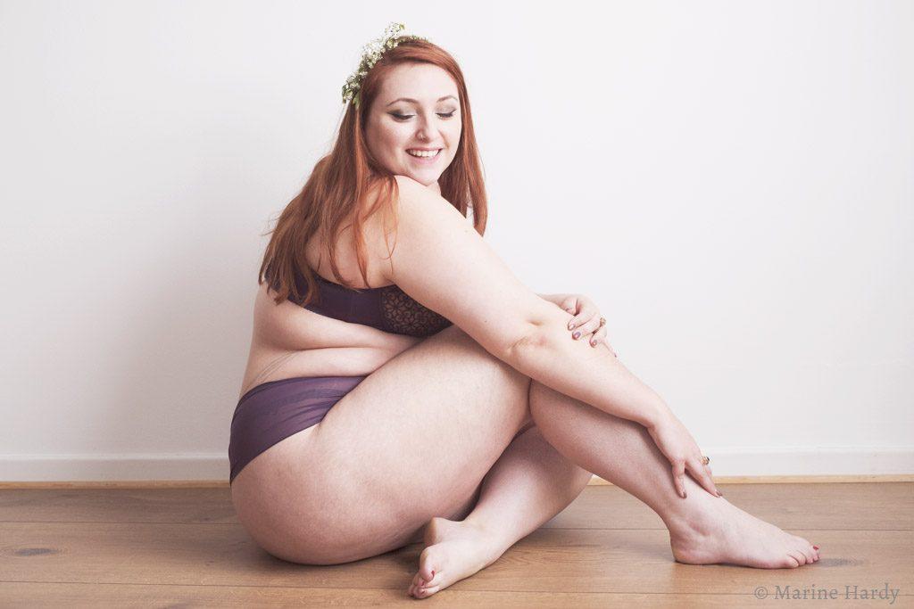 le-salon-de-frivolites-marine-hardy-empreinte-pompadour-assise-blog-lingerie-grande-taille